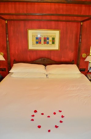 Vivanta by Taj - Kumarakom: Bed decorated with rose petals