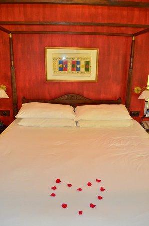วิวันตาบายทัจ - คูมาราคอม: Bed decorated with rose petals