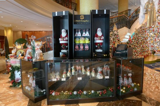 Makati Shangri-La Manila: The Christmas display and shop
