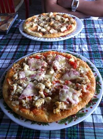 meat lovers and chicken cheese burger pizzas! - Foto de An Hoi ...
