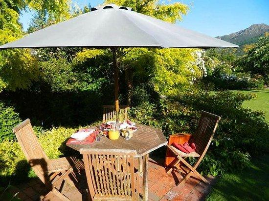 Marchmont Gardens: Sunny breakfast spot in garden