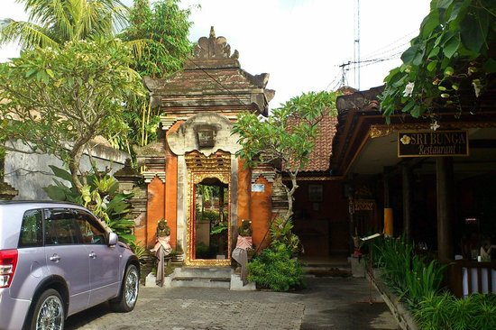 Sri Bungalows: The hotel entrance on Jl. Monkey Forest