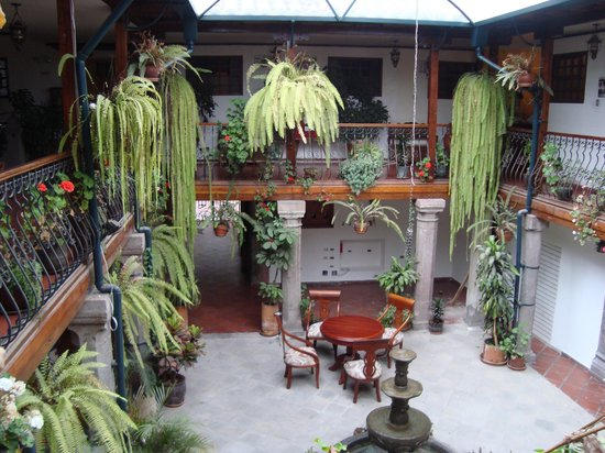 Hotel San Francisco de Quito: Fern filled courtyard