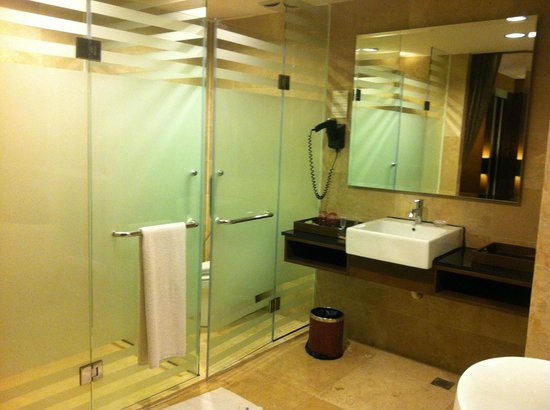 Grand Borneo Hotel: grand suite toilet
