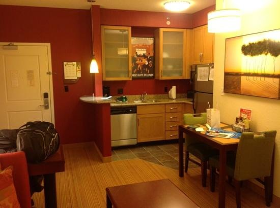 Residence Inn Marriott West Chester : kitchen