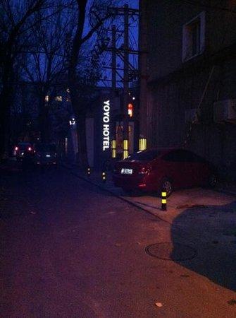 Yoyo Hotel: entrata hotel di notte