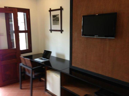 Sanctuary Luang Prabang Hotel : Bureau, mini bar, télévision satellite, penderie