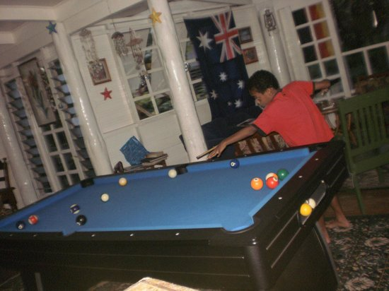 Colonial Lodge Bed & Breakfast: Strutting his shooting skills at the pool table
