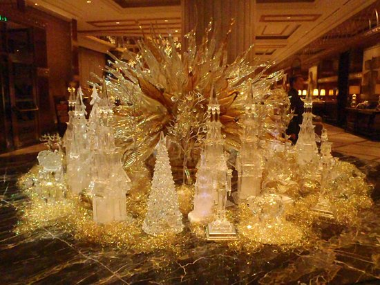 Lotte Hotel Moscow: Entrance Christmas decoration