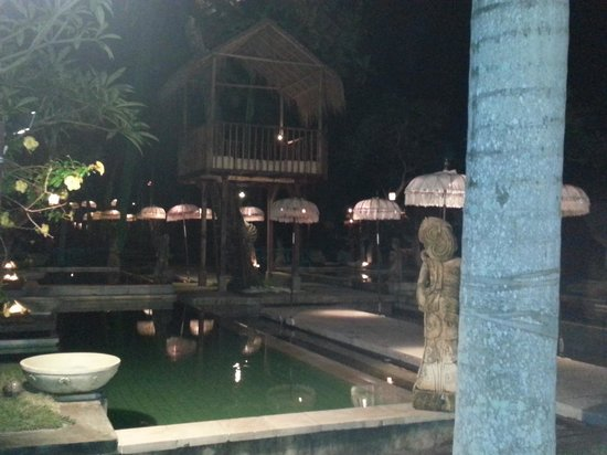 The Mansion Resort Hotel & Spa: Pool area by night