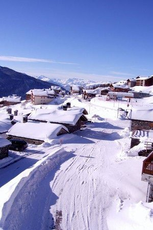 Chalet Matsuzaka Hotel & Spa: Picturesque Les Eucherts. You can walk to the ski lift from the Chalet.