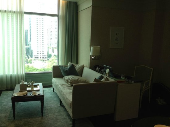 Oriental Residence Bangkok: Comfy couch and desk