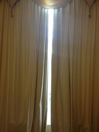 Sefton Park Hotel: Gap in the curtain as they weren't hung correctly (we were facing main rd with street lights bla