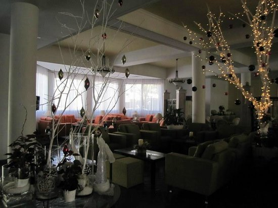 The King Jason Paphos: Lounge & Christmas decorations