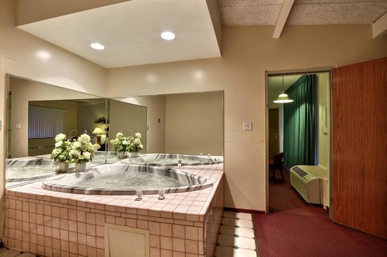 Econo Lodge : Hot Tub Room