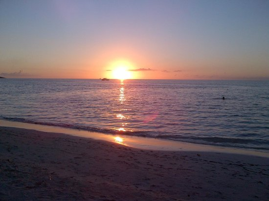 Negril Tree House Resort: sunset in front of Tree house resort breath taking