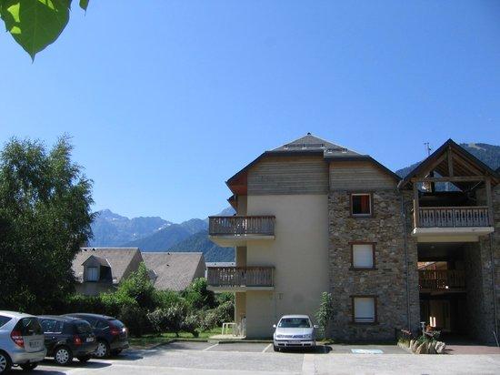 Lagrange Confort+ Residence les Pics d'Aran : Vue d'un batiment de la résidence depuis l'accueil