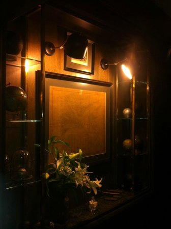 Urban Suites: Classy chik entrance of the hotel, the map of Constantinapoli is at the age of 150 years..