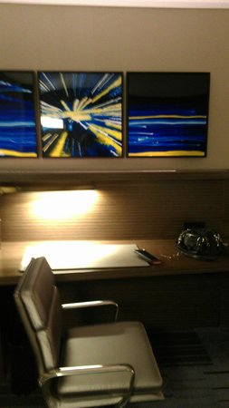 Hilton Newark Airport: Desk area in newly renovated room