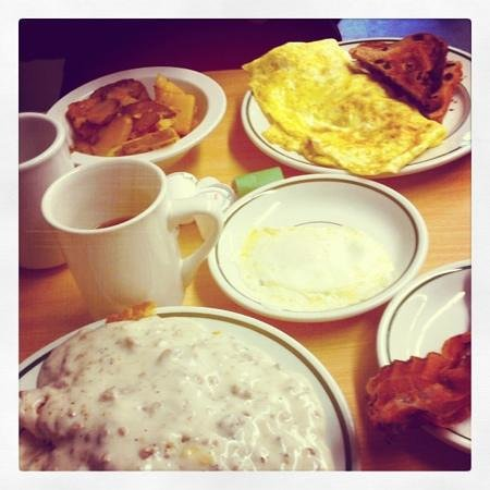 Lisle, estado de Nueva York: sausage gravy, bacon, omelette...everything AMAZING!!!!