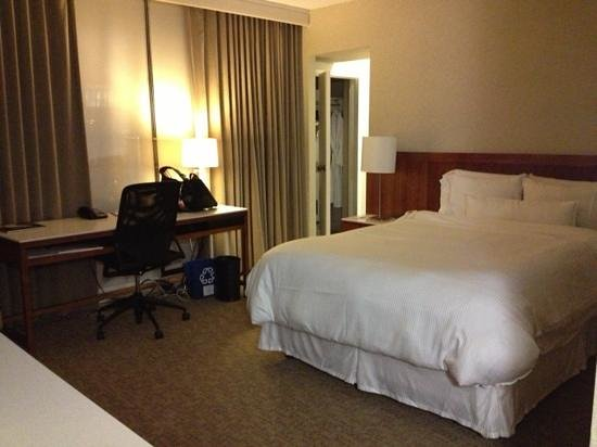 Westin Galleria Houston Hotel: Bed and work area