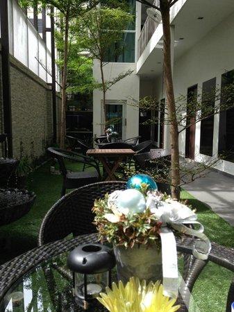 V Garden Hotel: Atrium