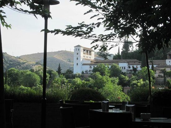 Parador de Granada: View at breakfast from restaurant patio