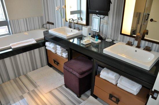 The Dominick Hotel: Doppelwaschbecken und Badewanne