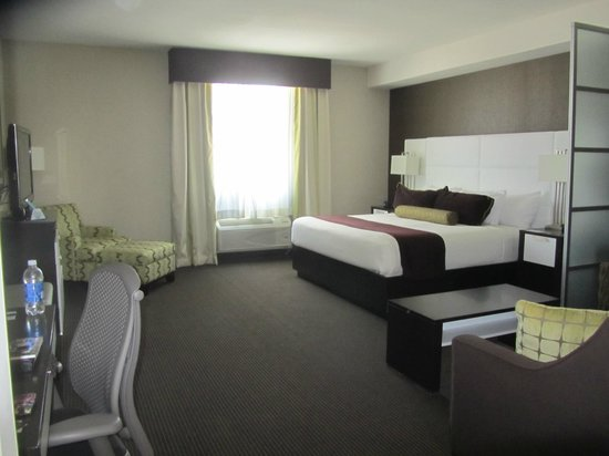 BEST WESTERN PREMIER Miami International Airport Hotel & Suites: Vista da área com o frigobar