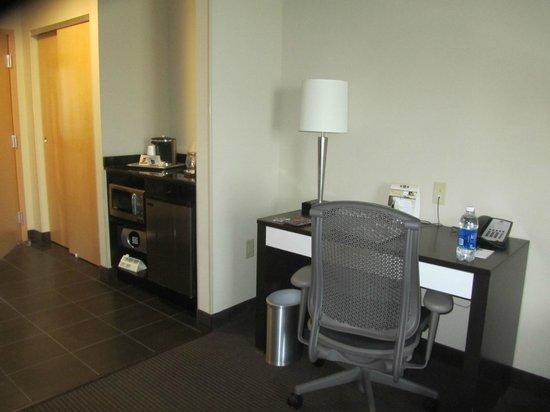 BEST WESTERN PREMIER Miami International Airport Hotel & Suites: Microondas, frigobar e escritório