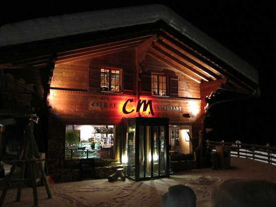 C und M Cafe Bar Restaurant: Night view from the street