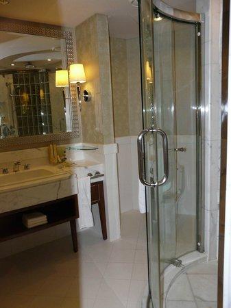 Shangri-La Hotel,Bangkok: Riverview shower