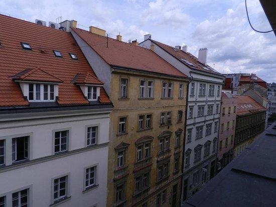 Hotel Grand Majestic Plaza Prague: вид из номера, выходящего на фасад отеля, 4 этаж