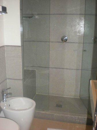 Residenza A: Salle de bain lavabo et douche à l'italienne
