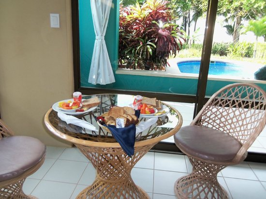 Alma del Pacifico Beach Hotel & Spa: Breakfast in our room