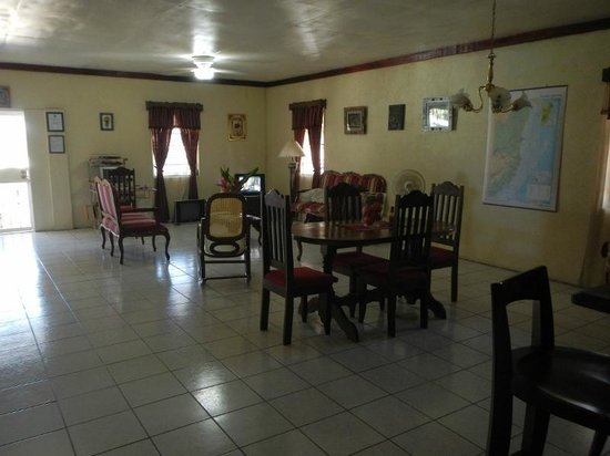 Western Guest House: The living/dining room