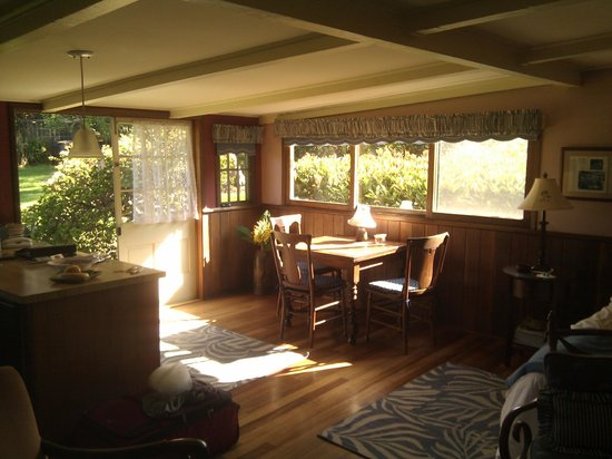 Waimea Gardens Cottage Bed and Breakfast: Small and cozy