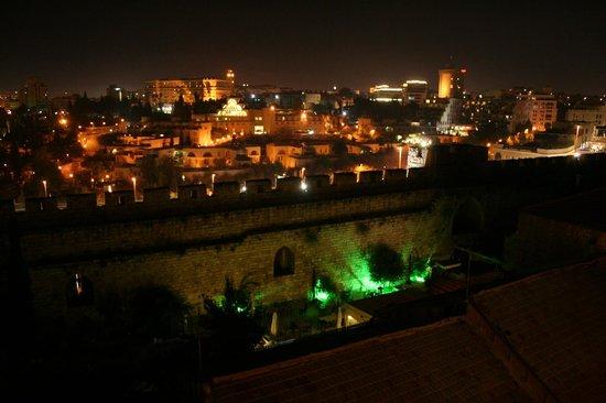 Gloria Hotel: Terrasse de nuit, vue sur les remparts