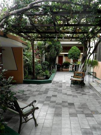 Hostal Maria Jose: Jardín del hostal