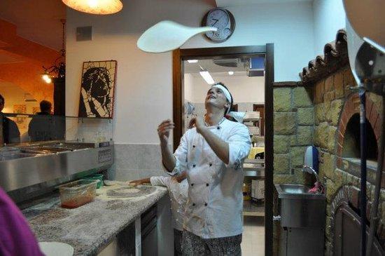 Damatusa : Il proprietario/pizzaiolo in azione....