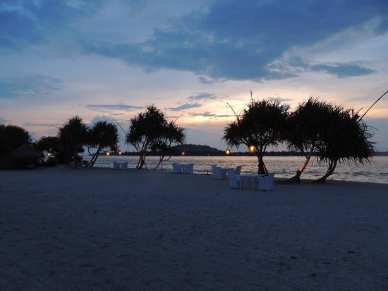 MAHAMAYA Boutique Resort: The Mahamaya beach area in the evening