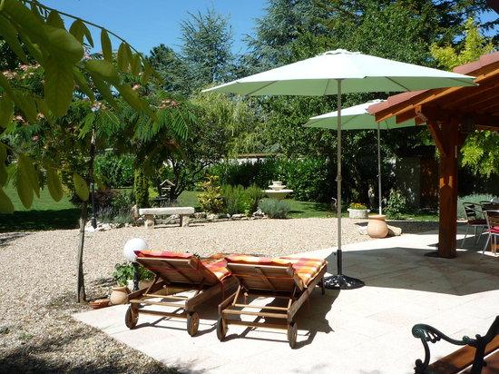 Le Verger du Sausset : terrasse détente et début jardin