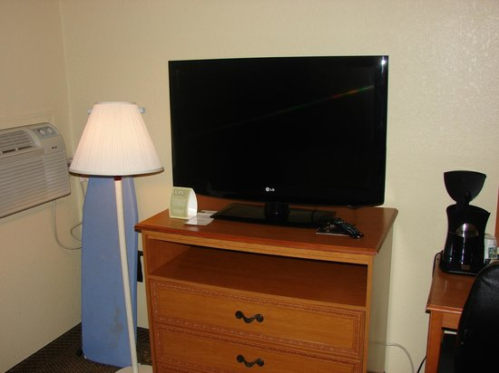 "Quality Inn Newport News: 37"" Flat screen TV"
