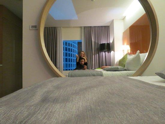 Crowne Plaza Tel Aviv City Center: The room throgh a mirror