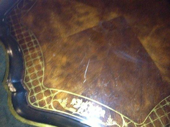 La Quinta Inn & Suites Dodge City: scratched table
