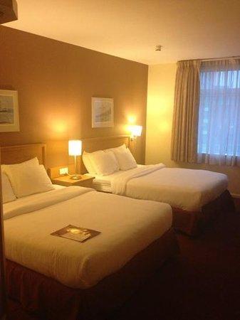 Future Inn Cardiff Bay: Bedroom (pic 1)