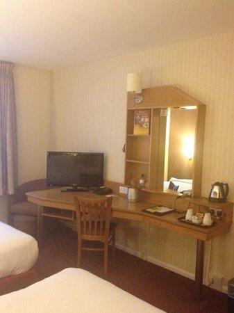Future Inn Cardiff Bay: Bedroom (pic 2)