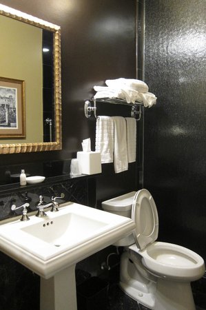Hotel Mazarin: Petite King bathroom.