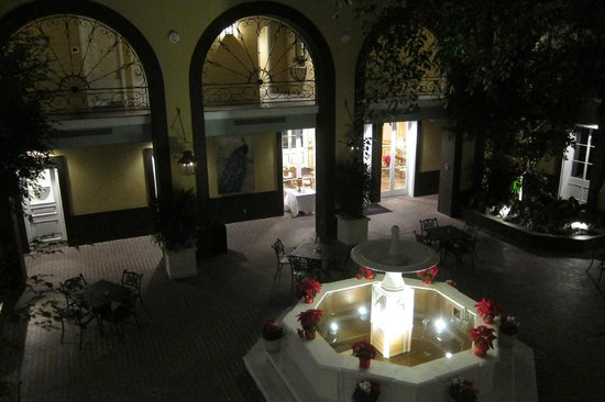 Hotel Mazarin: Main courtyard at night - beautiful!