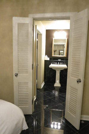 Hotel Mazarin: Regular King bathroom - has smaller sub-room for toilet and shower.
